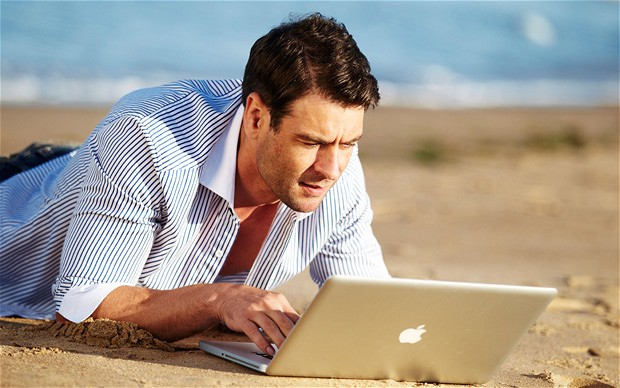 Картинки по запросу фото человек с ноутбуком
