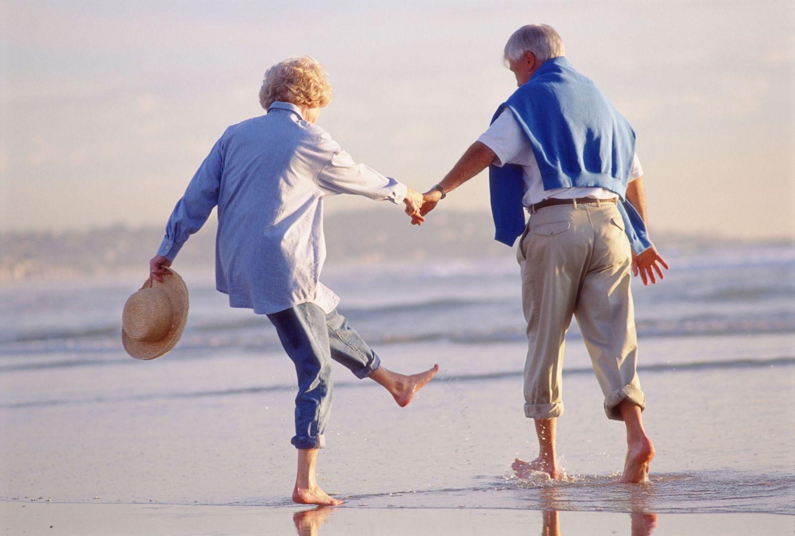 Картинки по запросу счастливые пенсионеры на море