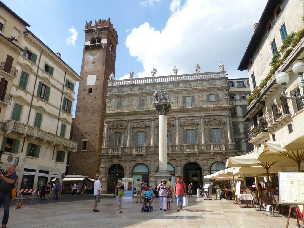 Пьяцца делле Эрбе в Вероне (Piazza delle Erbe)